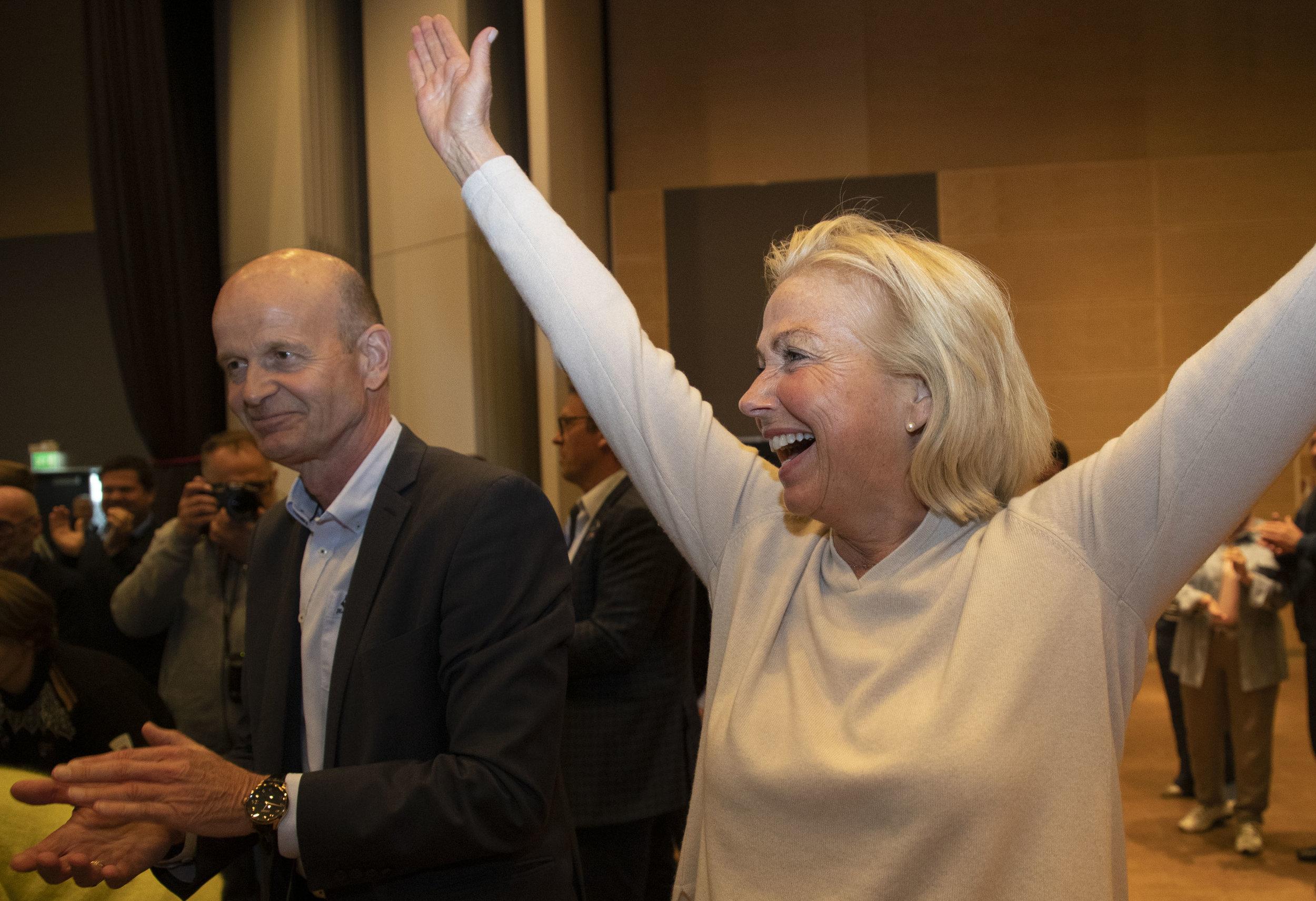 Berit Kjøll i det hun skjønner at hun har slått Sven Mollekleiv med to stemmers overvekt. FOTO: Geir Olsen/NTB scanpix