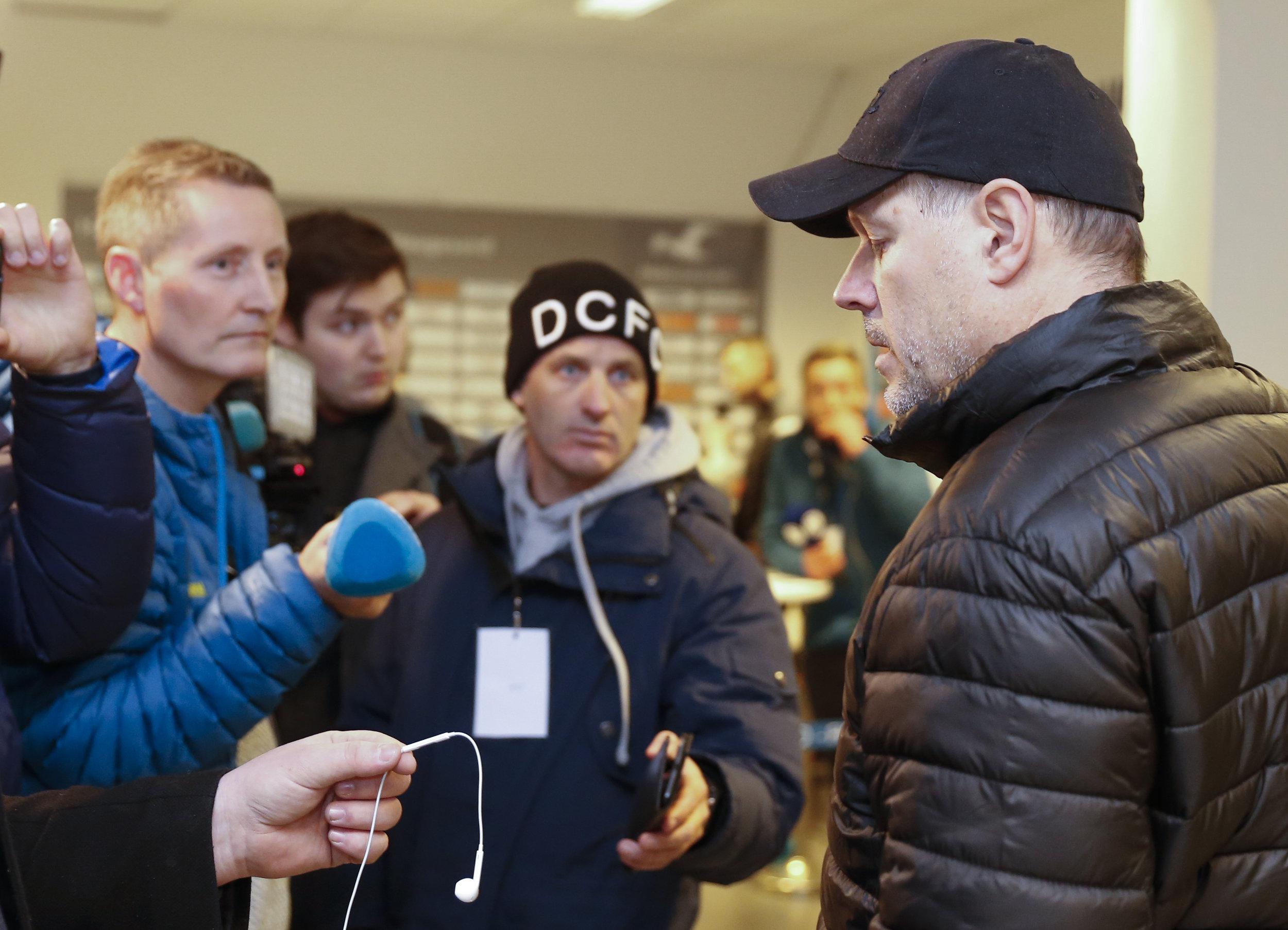 Kjetil Rekdal (t.h.) har erfaring i å være på begge sider av kamera og mikrofoner. Men han er ikke journalist. FOTO: NTB scanpix