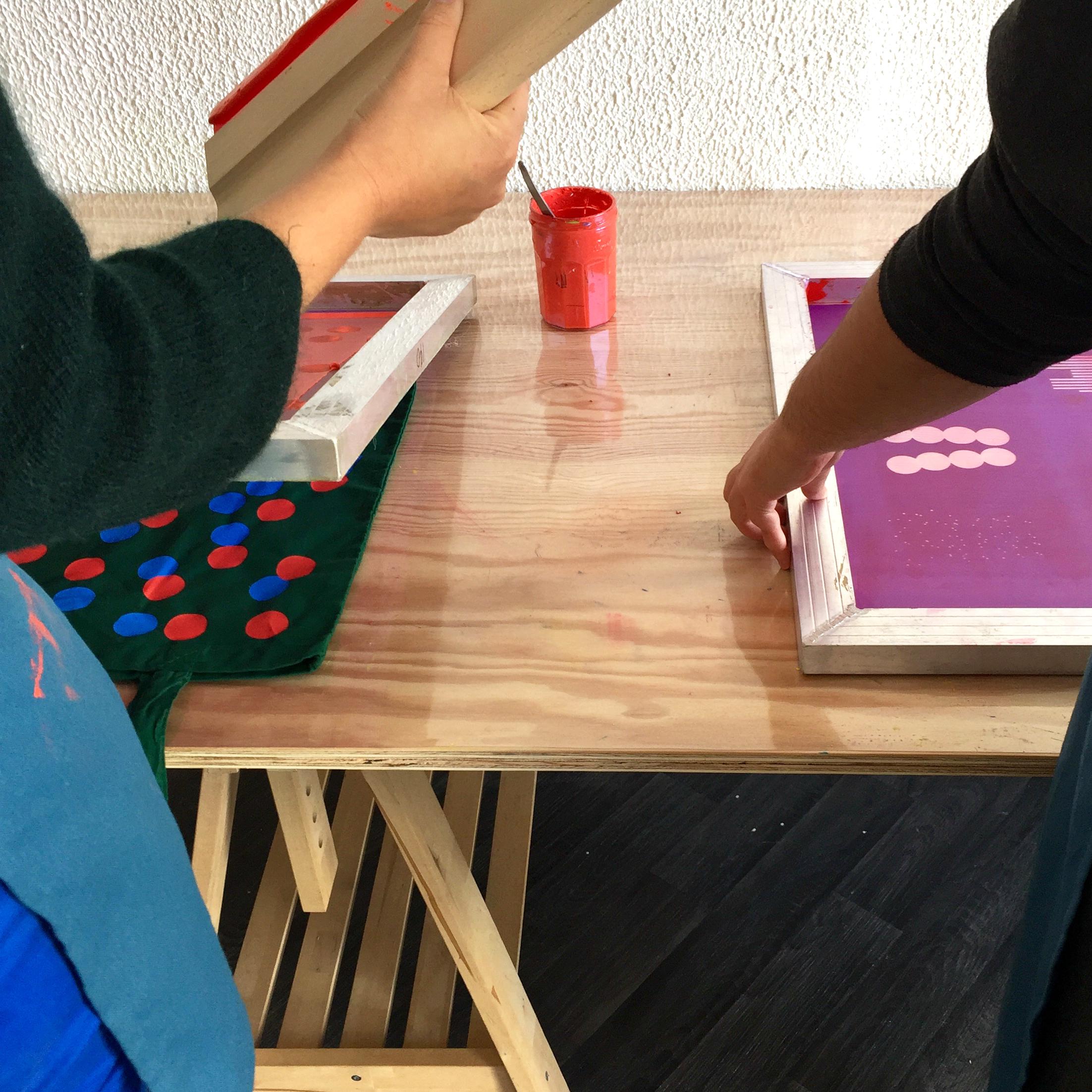 Atelier adulte - Jaune foret propose des ateliers ponctuels pour pratiquer la technique de la sérigraphie. Différentes formules sont proposées suivant le niveau.En savoir plus, tarifs et inscriptions ➝