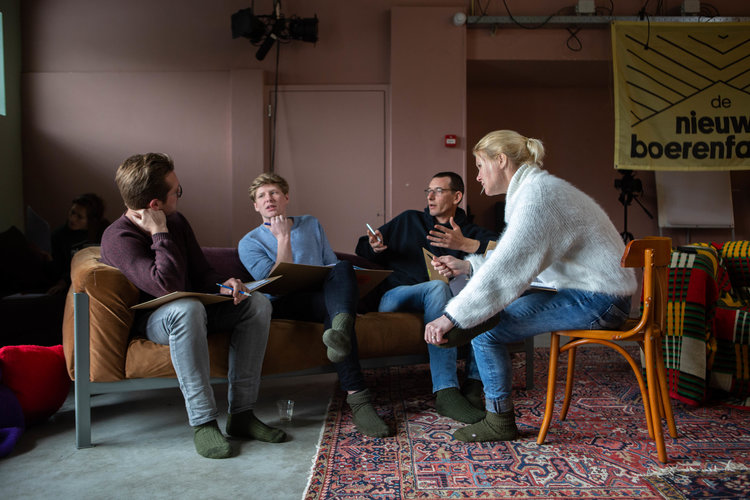 Overleg. Vlnr: Sander Veldhorst, Siebe van de Crommert, Stefan Maerman en Annette van Gaalen.