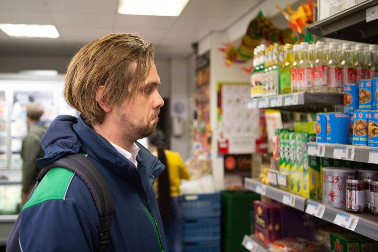 Johan Leenders op zoek naar producten met kip.