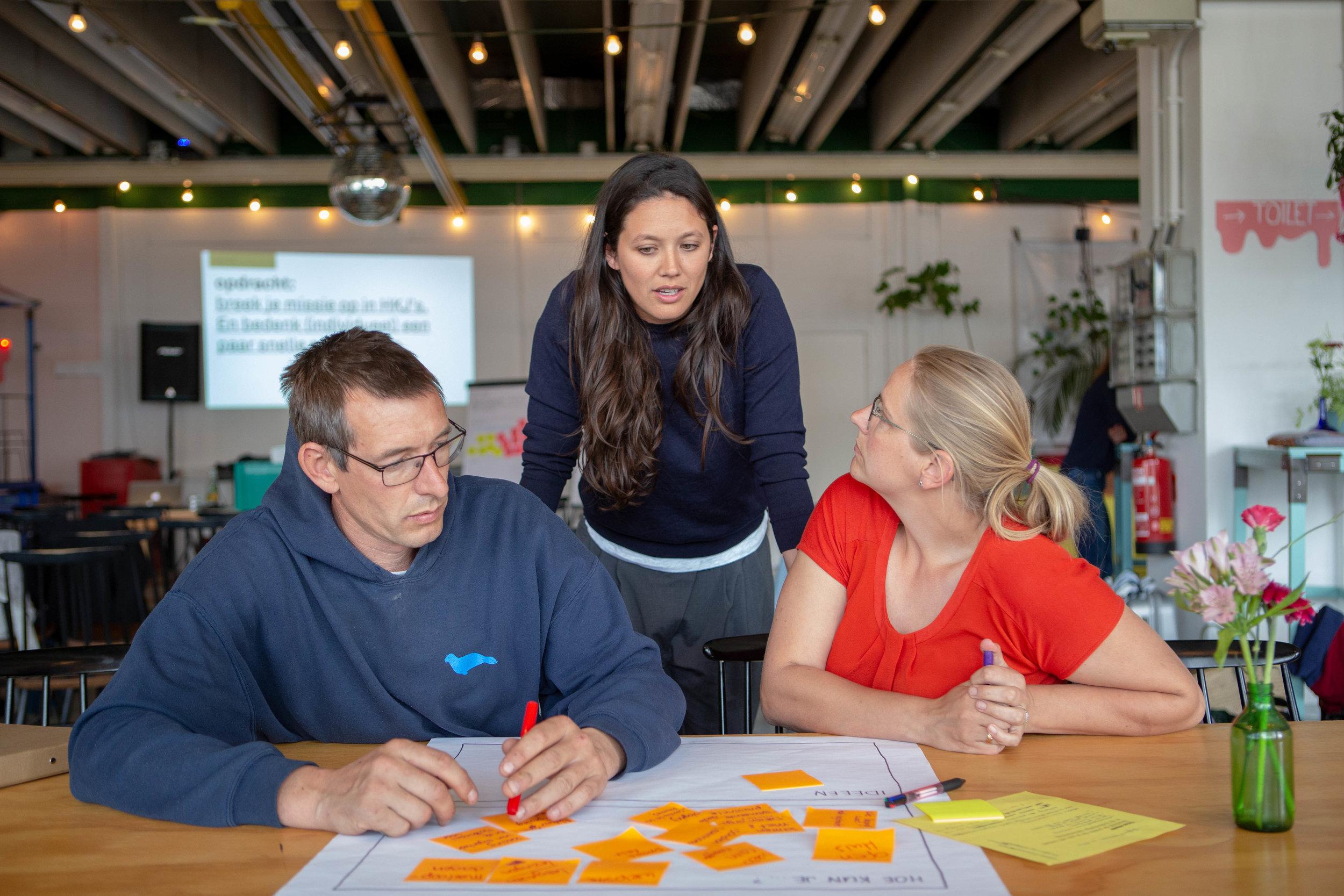 Deelnemer Stefan Maerman, met zijn vrouw Hillie en Beatrijs Voorneman van Reframing Studio.