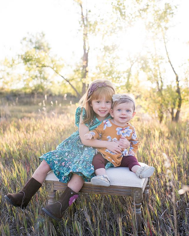 If only the magical fall light could stick around all year..✨ Sweet sisters from a recent family session!😍