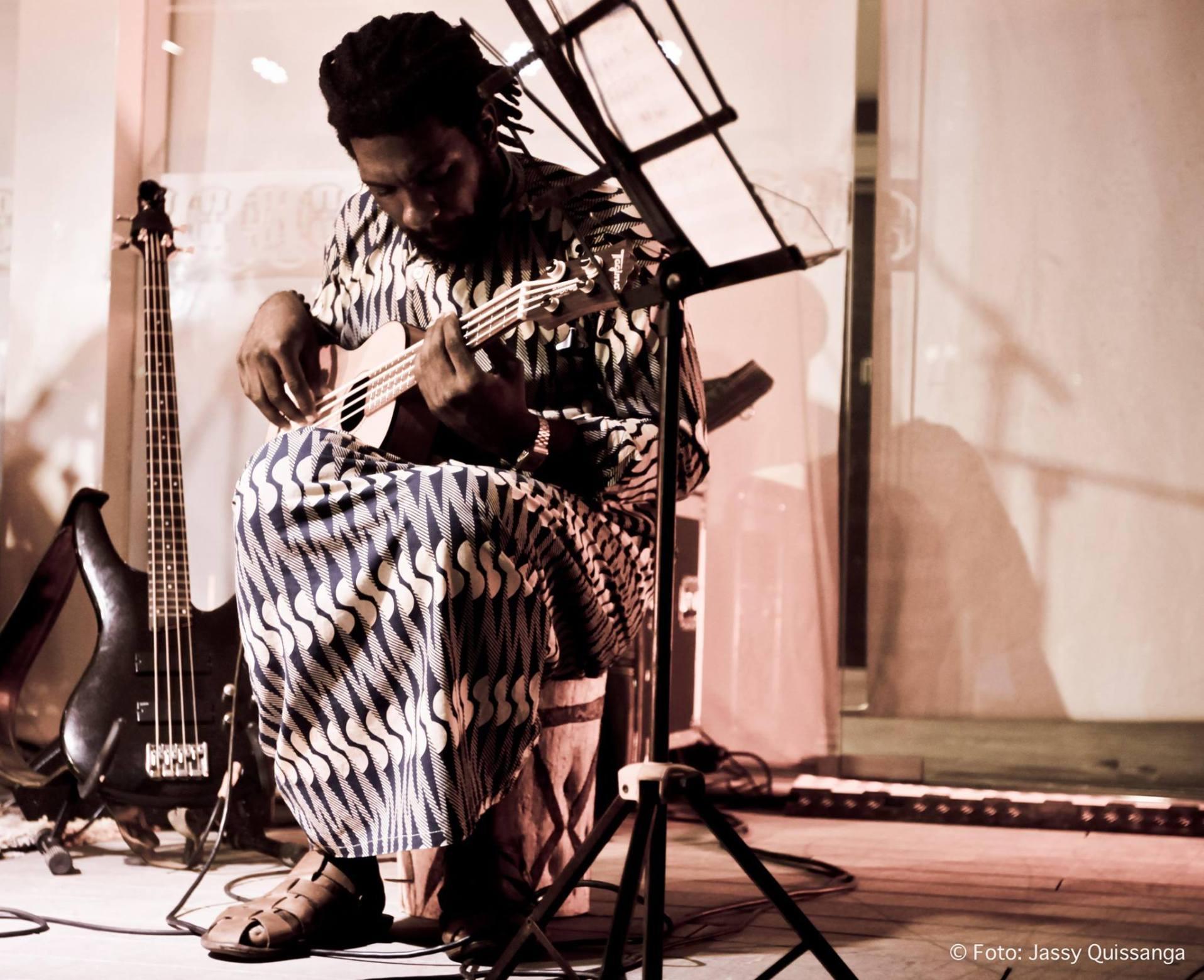 Ndaka-Moments-guitarra-2.jpg