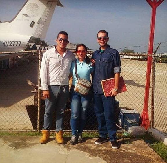 Brandon Proyoto, fotografiado a la derecha con su madre y un amigo después de que fue aceptado en la escuela de aviación en Caracas. (Sumitido)