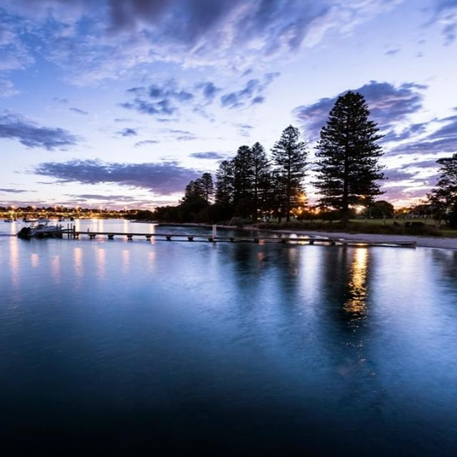 Beautiful evenings by the Swan⠀ .⠀ .⠀ .⠀ .⠀ #pier21fremantle #northfremantle #fremantlehotel #hotelview #hotellife #thisiswa #justanotherdayinwa #fremantle #perth #perthisok #perthhotel
