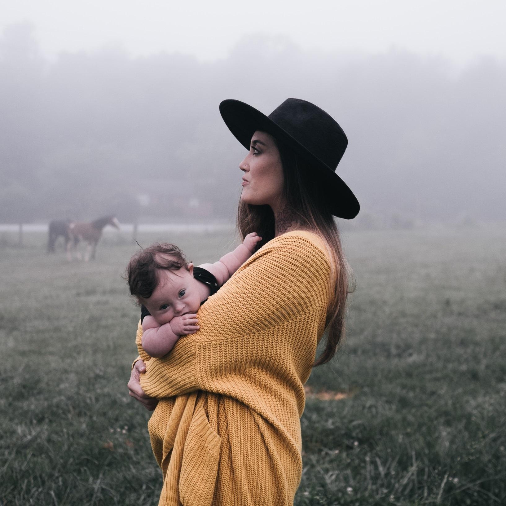 Trauma - Die meisten Frauen, die ich begleiten darf, bekommen in zweites, drittes,… Kind. Hinter diesem Phänomen versteckt sich eine ähnliche Geschichte, die so oder so ähnlich lautet:Frauen, die zum ersten mal gebären vertrauen oft darauf, dass alle Geburtbegleiter ihre Wünsche vertreten, dass der Arzt es am besten weiß und dass ihre Mütter und Großmütter es auch durch die Geburt geschafft haben, also wird das bei ihnen auch klappen.Und obwohl die Möglichkeit besteht, dass sich diese Überlegungen als richtig erweisen, leiden doch viele frischgebackene Mütter unter schlechten Geburtserfahrungen. Diese Situation gepaart mit den Anforderungen des Neugeborenen kann dazu führen, dass sich Mütter deprimiert, traurig oder wertlos fühlen.Manchmal werden Frauen sogar durch respektloses Verhalten oder physische Übergriffe im Kreißsaal von genau den Personen traumatisiert, die den Auftrag gehabt hätte, sie zu schützen. Gewalt unter der Geburt ist ein Thema, das bereits die Medien erreicht hat und obwohl wir glauben wollen, dass so etwas niemals passiert, passiert es.Eine Doula kann die Frau an deiner Seite sein, sie kann dir Hilfsleistungen wie psychiatrische Kliniken, die auf Schwangere und Wöchnerinne spezialisiert sind empfehlen, Sie kennt liebevolle Gynäkologen oder empfielt Osteopathen, genauso wie andere brauchbare Unterstützungsleistungen. Doulas hören dir zu, ohne dich zu beurteilen.