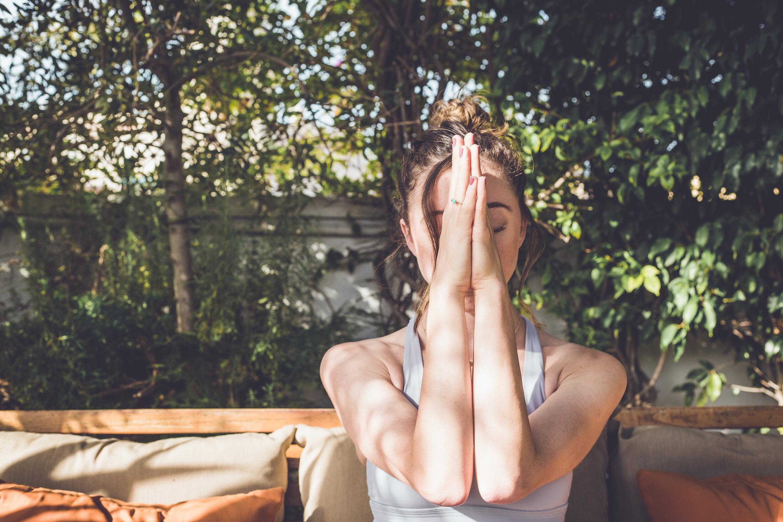 Emma West yoga - 2 2 . 1 1 . 1 9 - 2 4 . 1 1 . 1 9