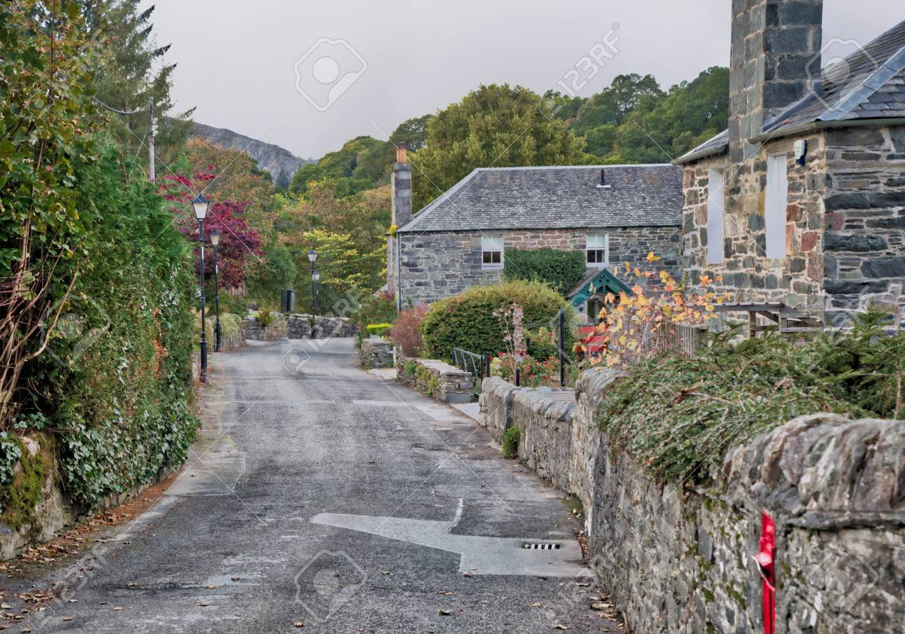 100106341-a-small-scottish-village-street-in-pitlochry-near-perth-in-scotland-at-the-start-of-autumn-this-is-t.jpg