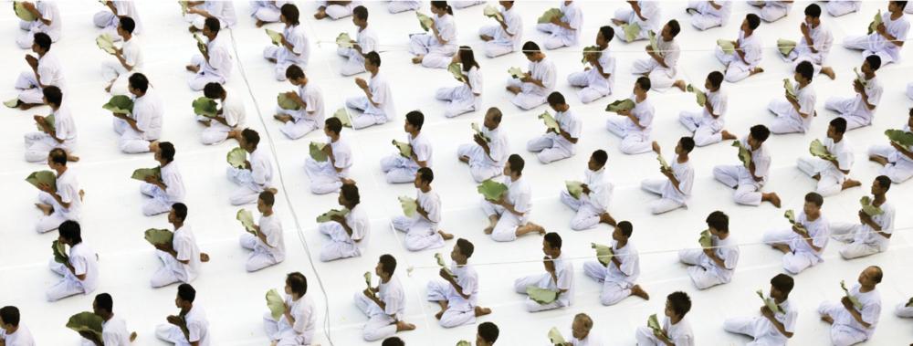 """Silence. """"Vipassana"""", c'est quoi ? - Vipassana signifie voir les choses telles qu'elles sont réellement, c'est l'une des techniques de méditation les plus anciennes d'Inde. Découverte par Bouddha il y a plus de 2500 ans, elle était enseignée en tant que remède pour les maux universels, c'est un art de vivre.Cette technique de méditation silencieuse est comparable à un voyage d'exploration de soi et a pour objectif d'atteindre un état de sérénité et d'empathie au quotidien, d'appréhender les situations de la vie avec plus d'équanimité.Pour apprendre cette méthode, il faut suivre un cours de 10 jours en silence dans un centre certifié Vipassana, avec un rythme soutenu de 4h du matin à 21h, 10h30 de méditation par jour, et avec des conditions très strictes.Alors, on a eu l'idée d'une méthode plus douce, ludique et accessible à tous, pour découvrir le silence et reconnecter à soi : le séjour Silence."""