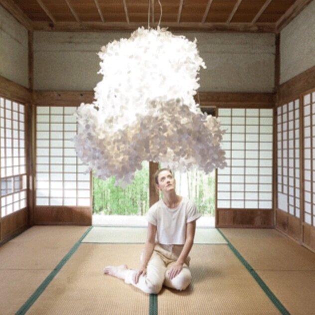 """Silence. Coup de coeur - L'artiste Freyja Sewell, """"une designer qui crée pour l'esprit"""". Son art évolue avec la conscience d'un monde bruyant et connecté. Elle explore cette idée de créer des espaces et des outils pour augmenter la métacognition et le bien-être mental. Belle inspiration pour nos espaces Silence."""