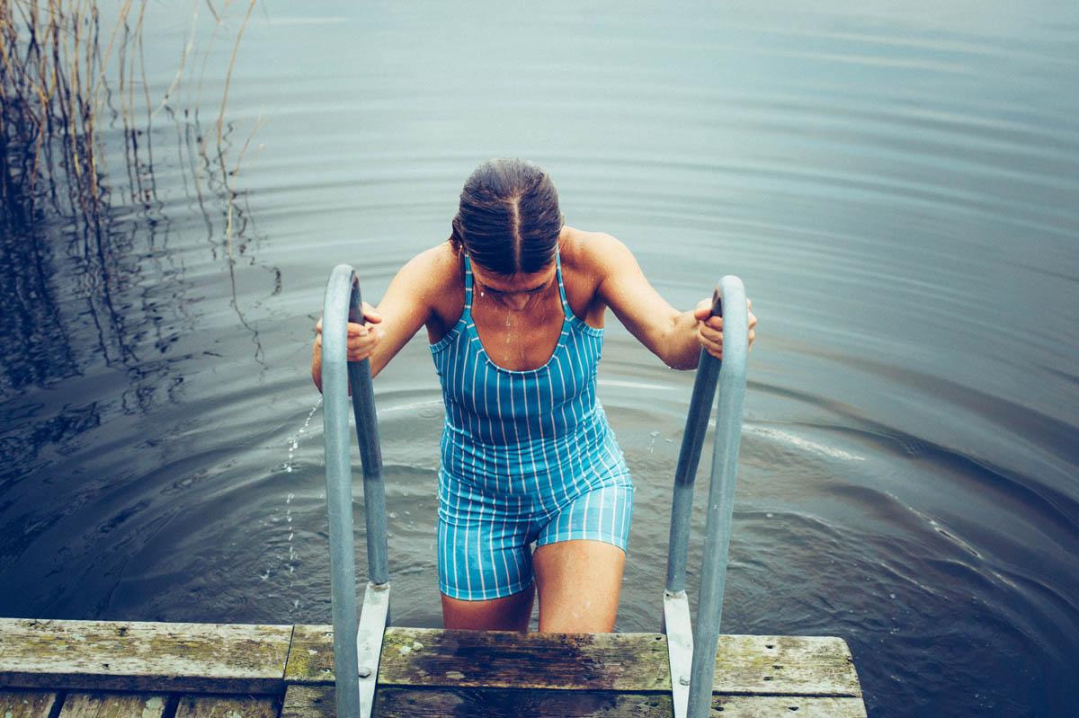 Som efter ett kallt bad. Lite nyare, lite mera uppfriskad, lite klarare, lite starkare. Hur snårig förändring än är… Känslan av att stå upp för sig och ta steg i det som magen vet är rätt riktning slår allt!