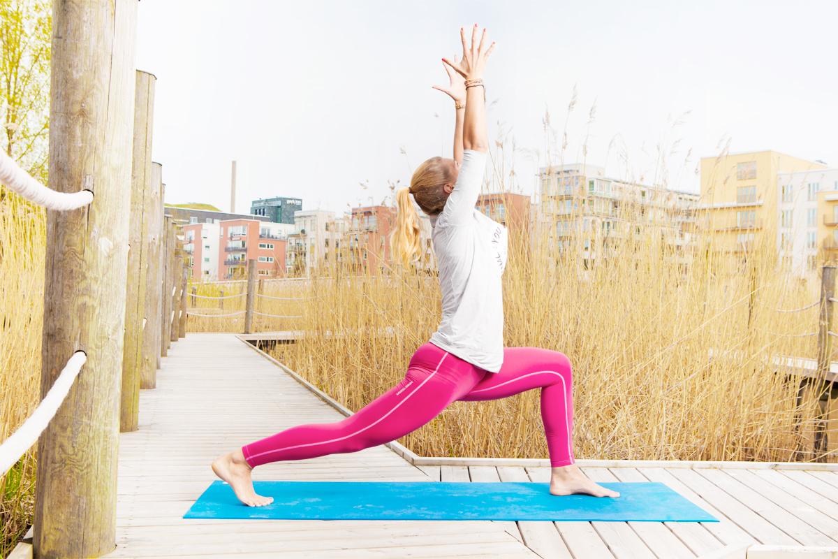 Kliv bak med ena benet och sjunk ner för att stretcha framsidan av höften. Sträck upp armarna för skön sträck längs hela framsidan.  Foto: Karl Nordlund.