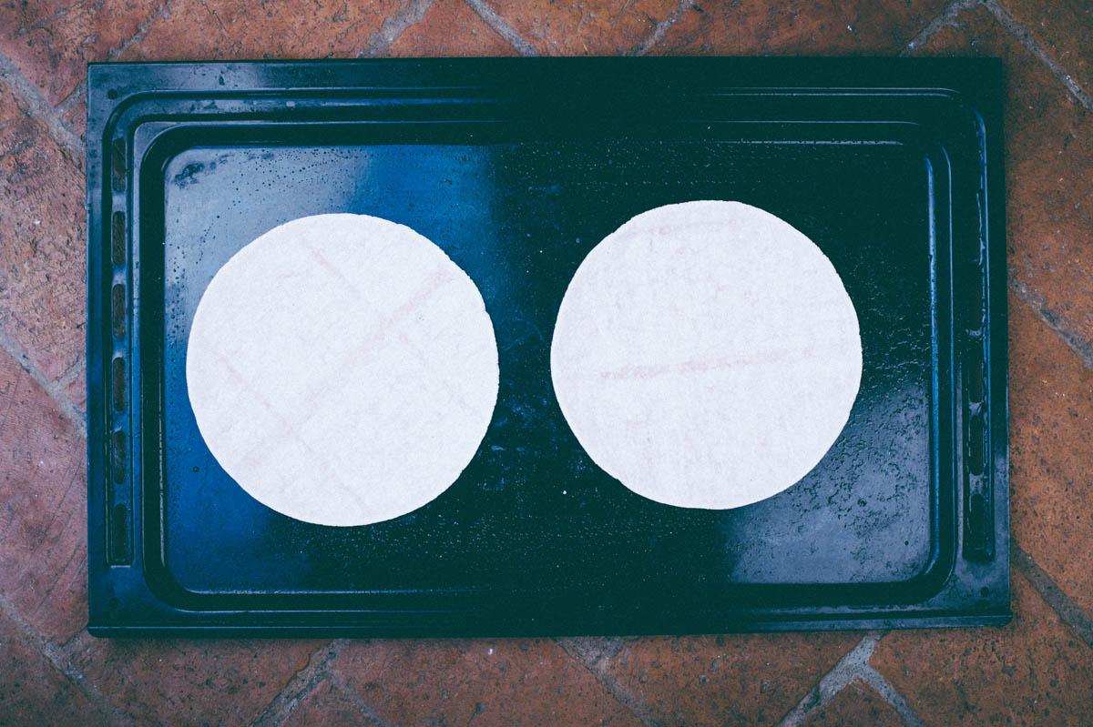 1. Lägg tortillabröd på en plåt. (Jag gillar de lite tjockare glutenfria som finns i frysdisken, men vilka som helst funkar).