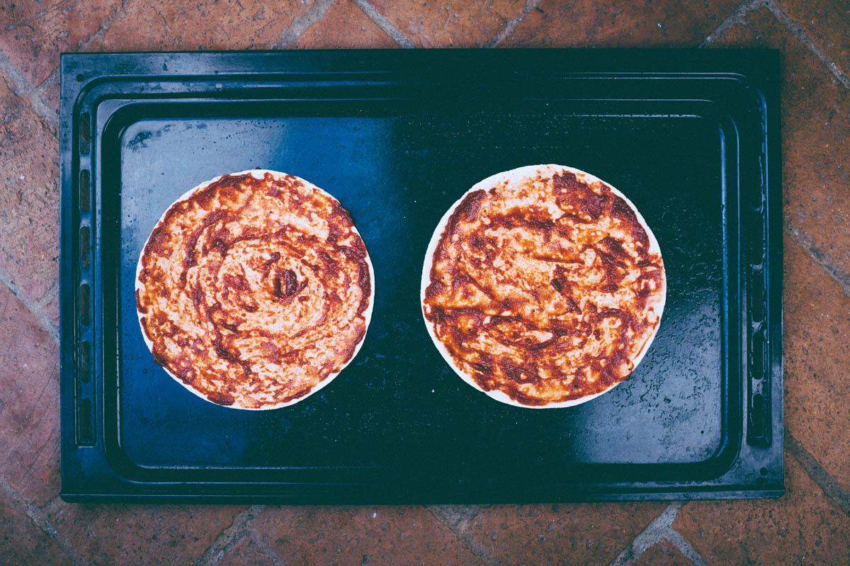 2. Blanda 2 msk tomatpure, 2 msk vatten, 1 msk olivolja. Bred på bröden. (Yupp, den dagen jag insåg att man inte behöver koka tomatsås i sju och ett halvt år – en stor dag ;).