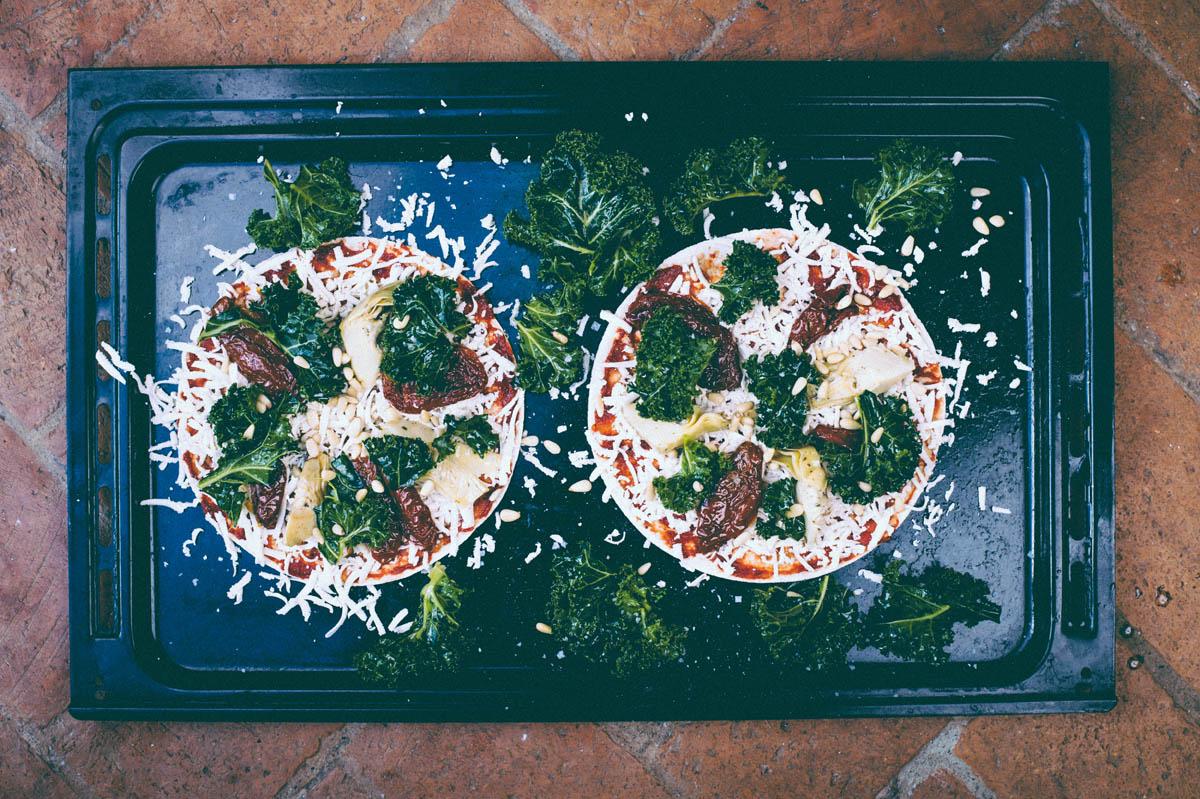 """6. Grönkål som jag tagit bort stammen på och gnosat ihop med lite olivolja och salt. (Gnosa är sörmländska(?!) för ordet """"massera"""" som jag tycker låter lite väl pretentiöst när det kommer till mat). Hittade  den här artikeln  om hur bra grönkål faktiskt är och varför."""