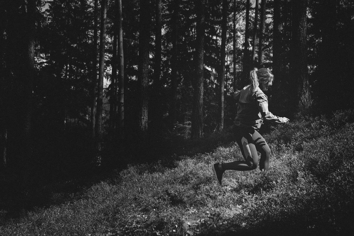 I backar går pulsen upp oavsett om du går eller joggar, bra för hjärnan och i skogen får du extra allt. Forskning visar nämligen att ljudet av löv som gnuggas mot varandra och partiklar som finns i jord tycks påverka vår hälsa vad gäller allt från stress till att minska risken för cancer. Coolt tycker jag. Foto:  Martin de la Foi