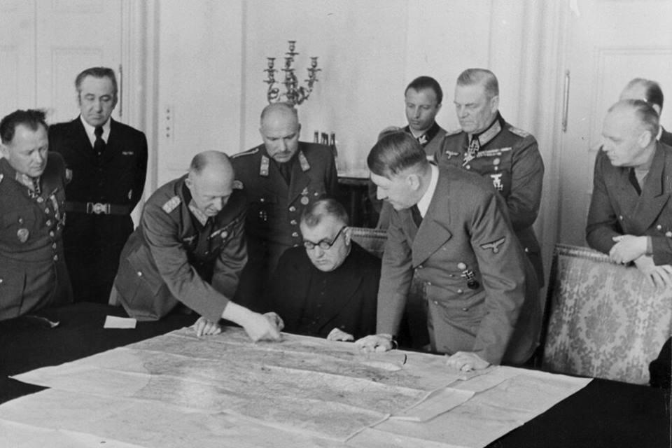 Photo: Jozef Tiso with his delegation visiting Adolf Hitler.  Photo credit: MINISTERSTVO VNÚTRA SR, SLOVENSKÝ NÁRODNÝ ARCHÍV, fond STK - 04025-3)