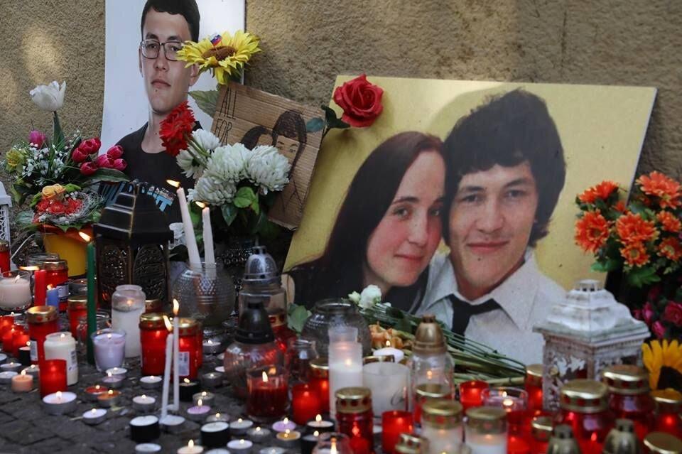 Candles surrounding the memorial of murdered Ján Kuciak and Martina Kušnírová. Photo credit: Branislav Wáclav/Aktuality.sk. Source:  https://www.aktuality.sk/fotogaleria/642331/biele-vrany-tento-rok-ziskali-jan-kuciak-a-dalsi-novinari/1