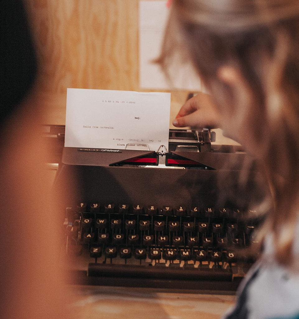 anmäl dig till webbkurs - Vill du bli bättre på att skriva utställningstext? Anmäl dig till webbkursen Att skriva utställningstext.