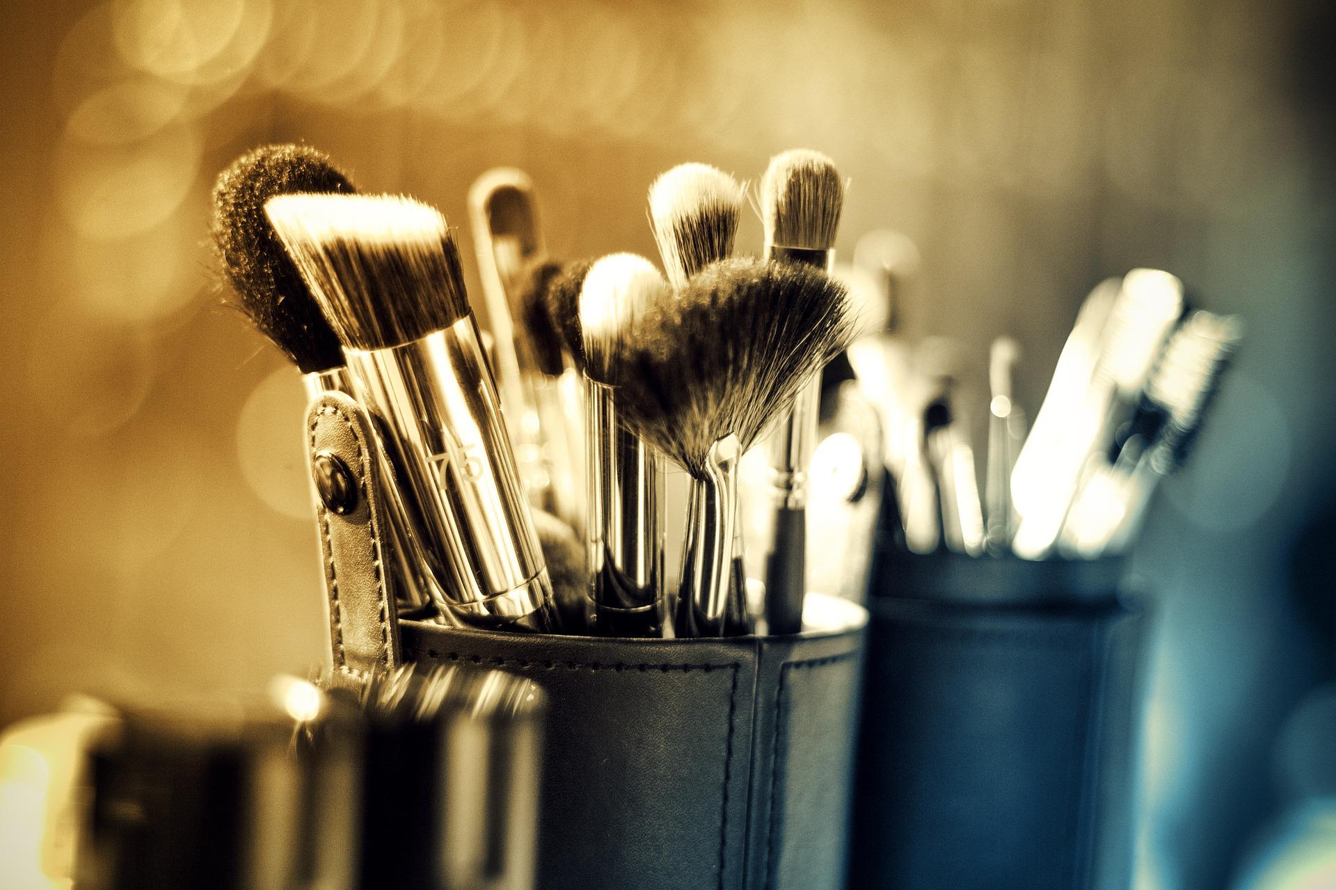 Haarscharf_Hairstylist_Friseur_Fehmarn_makeup-1289325_1920.jpg