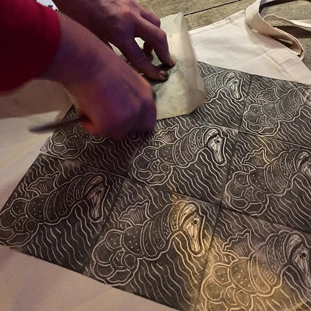 There's a couple of tickets left to tomorrow's Design, Carve & Print! Workshop I'm running at @lamb_surbiton - book your place and learn how to make a beautiful linoprint like @simonekay22222's stunning seahorse shown above! £10 gets you a full evening's entertainment plus all the materials required to carve a Lino design and print it into a cotton tote bag to take home. Book now at the link in my bio 🦀 Just so you all know, this will be my last printmaking workshop until September as I'll be participating in @lamb_surbiton 24 Hour Painting Workshop so if you'd like to get printin', get bookin'! 🦑 #workshop #Lino #linoprint #linocut #linocutprint #linocuts #linoleumprint #textiledesigners #fabricprint #totebag #course #eveningcourses #thingstodo #creative #create #supportsmallbusiness #reliefprint #reliefprintmaking