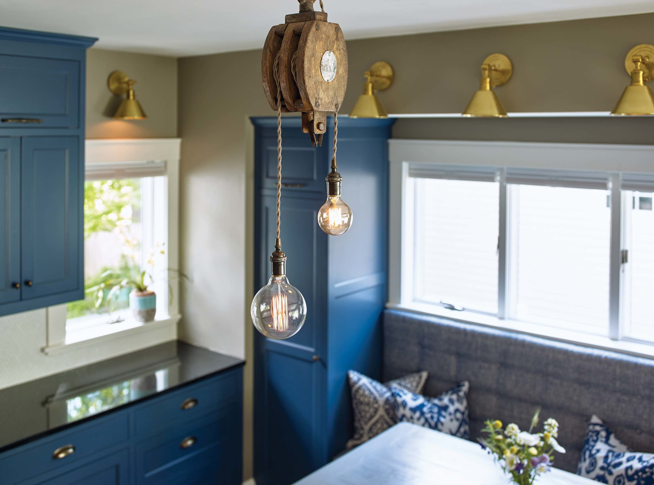 """The Chases loved Lippmann's vision for the interior—""""She has great style,"""" says Tracy—and eagerly incorporated their own touches. The pulleys over the kitchen islands come from a trip they took to San Francisco."""