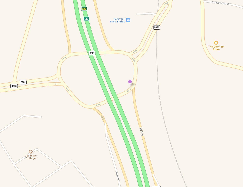 Dit is de plek van boven gezien. Satelliet en kaart wijken erg van elkaar af. Het lijkt alsof dit ingewikkelde verkeersknooppunt wordt aangepast. Kaart toont nieuwe situatie.