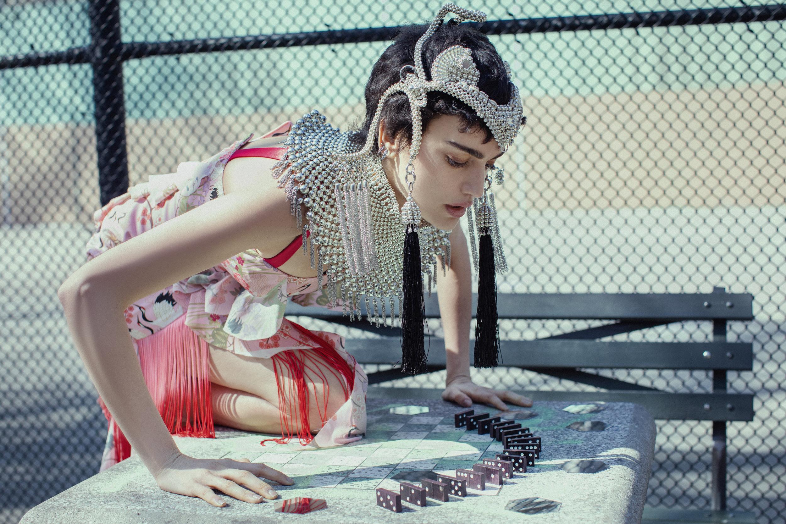 Dress VIDEMUS OMNIA. Collar and headpiece OBJECT & DAWN