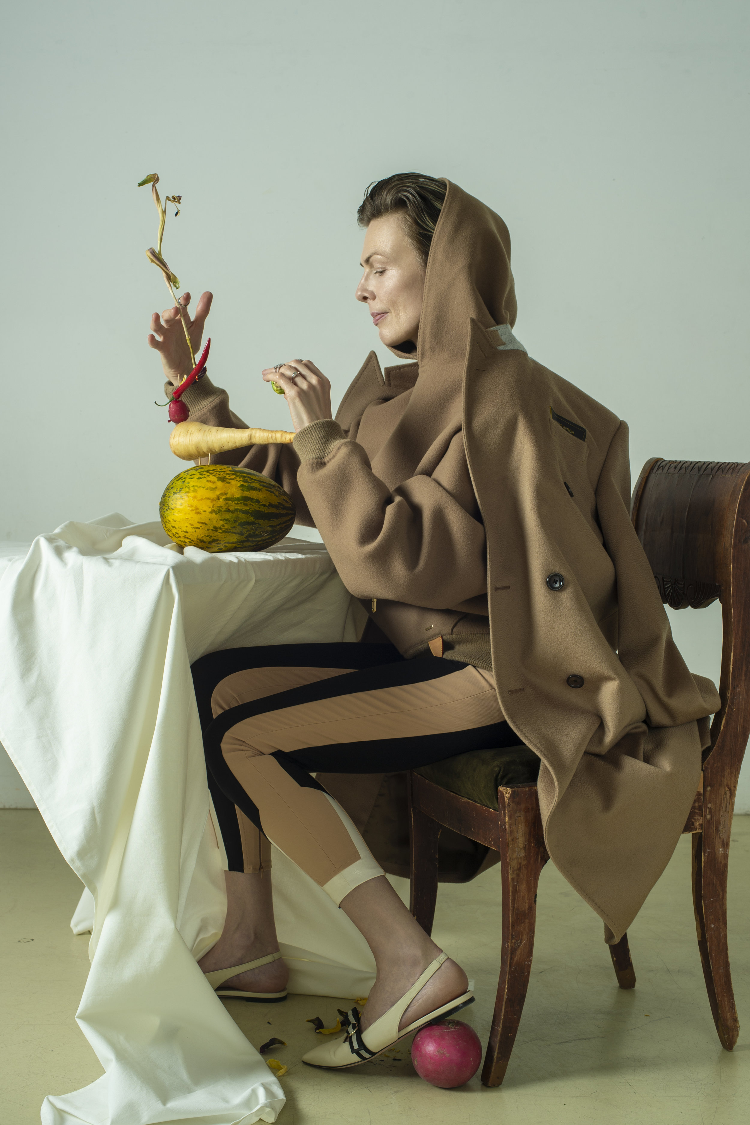 Hoodie, coat LOUIS VUITTON. Leggins ELISABETTA FRANCHI.  Shoes BALLY. Rings AVGVST