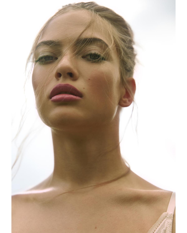 Pre makeup serum New Skin, PROMAKEUP LABORATORY @promakeuplab  Strobe Cream Hydratant Lumineux, MAC @maccosmetics  Face and Body Foundatin, MAC @maccosmetics  Match Stix, FENTY BEAUTY @fentybeauty  Living Luminizer, RMS BEAUTY @rmsbeauty  Second Skin Cream Blush, MAKE UP FOR EVER @makeupforever  Eye tint, GIORGIO ARMANI @armanibeauty  Mascara Vinyl Couture, YSL @yslbeauty  Lip Maestro, GIORGIO ARMANI @armanibeauty