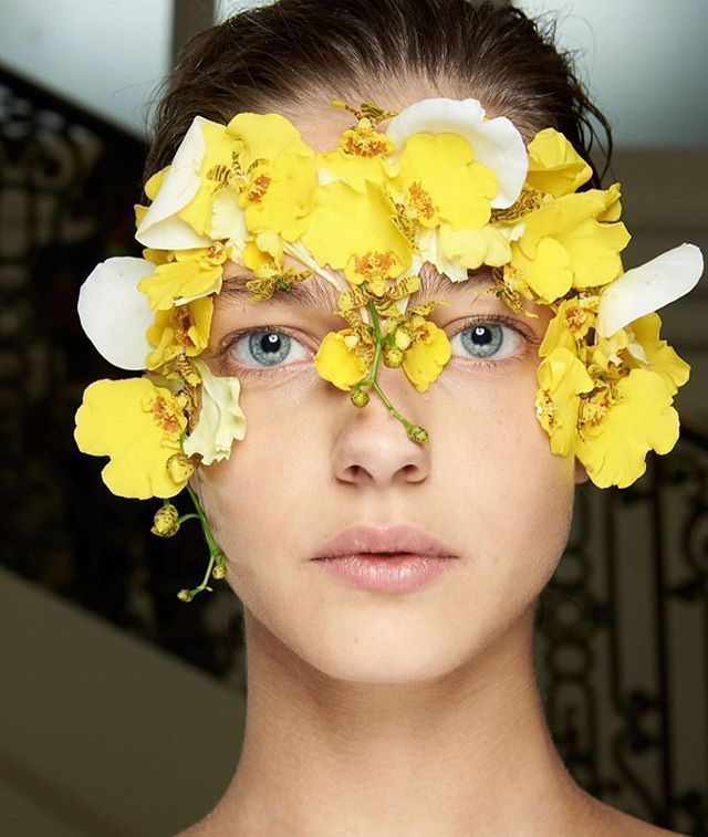 Blooming flowers by @isamayaffrench for @giambattistavalliparis S/S20' with @maccosmetics @maccosmeticsfrance #beauty #flowerinspiration #beautyinspiration #makeupinspiration #mua #cleanface #flowermakeup #giambattistavalli #isamayaffrench #yellowflowers #labotanicamagazine #labotanicamagazinenews #labotanicamagazinebeauty