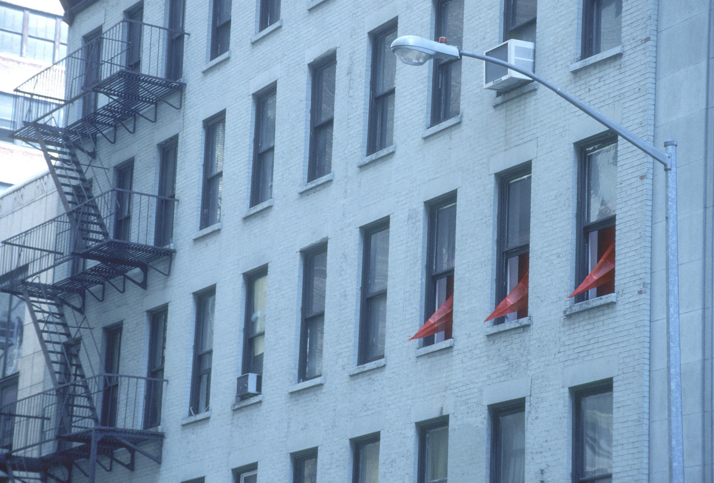 RED SPIKES ON 29TH STREET_Echelman_PhotoStudioEchelman_0007.jpg