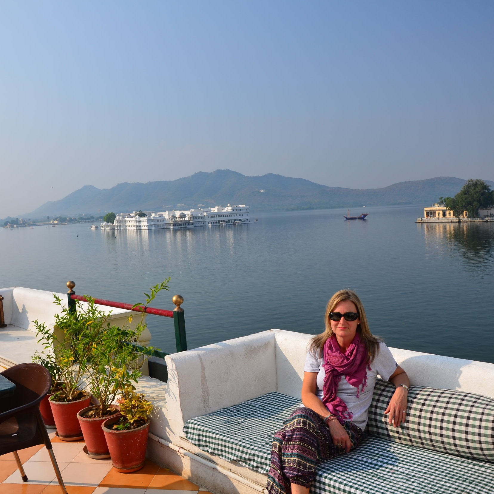 Angela+with+Lake+Pichola+and+the+Taj+Lake+Palace+in+the+background%2C+Udaipur%2C+India.jpg