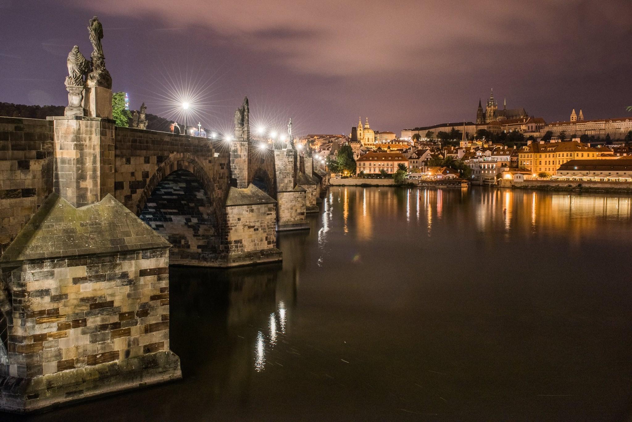 Charles Bridge at night, Prague.jpg