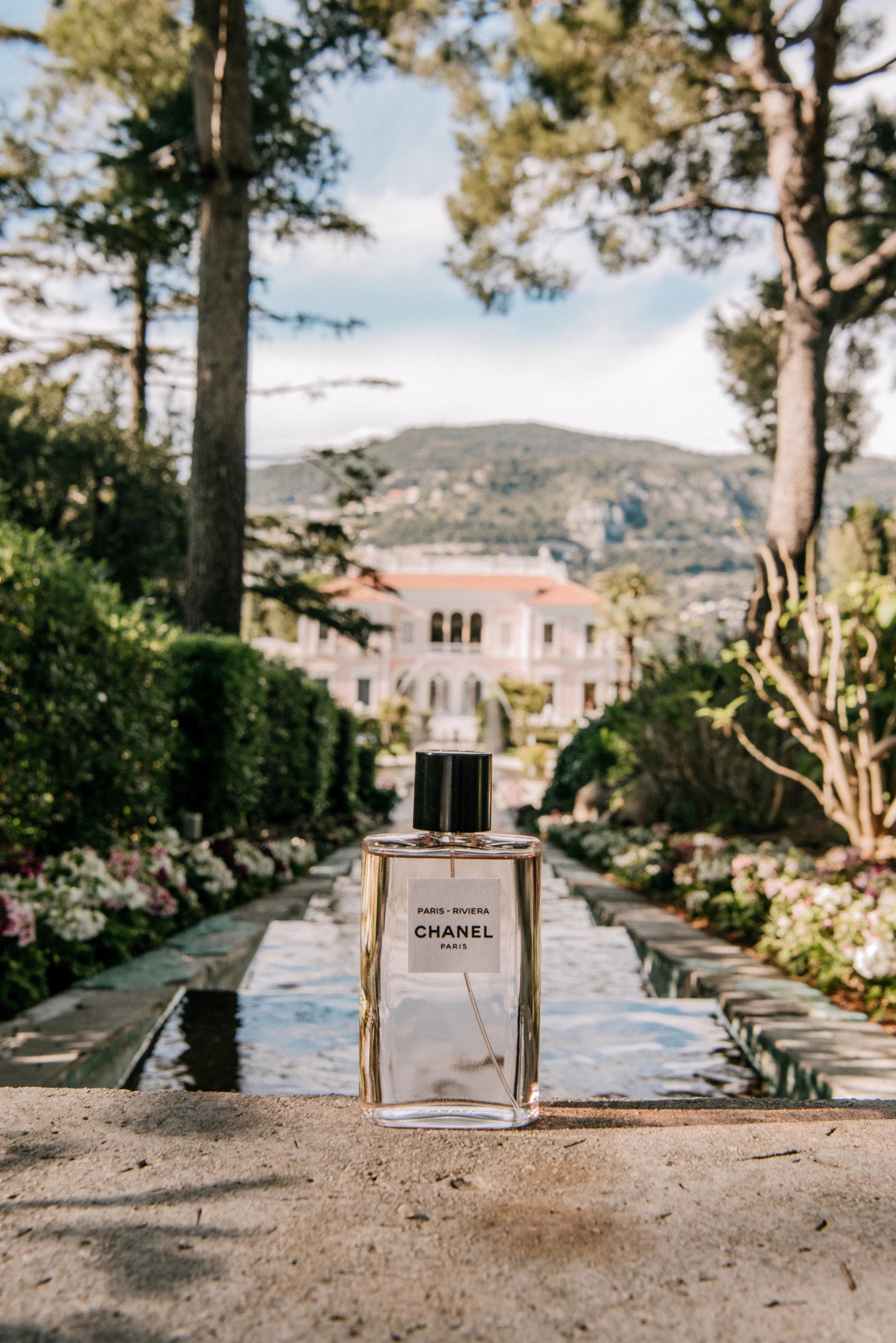 « C'est la Côte d'Azur rêvée des années 1920 qui m'a guidé vers l'élaboration de cette nouvelle fragrance. Cet éden ensoleillé où les artistes se précipitaient. L'architecture impeccable des villas de l'époque. L'atmosphère enjouée des soirs de fêtes… ». - Olivier Polge