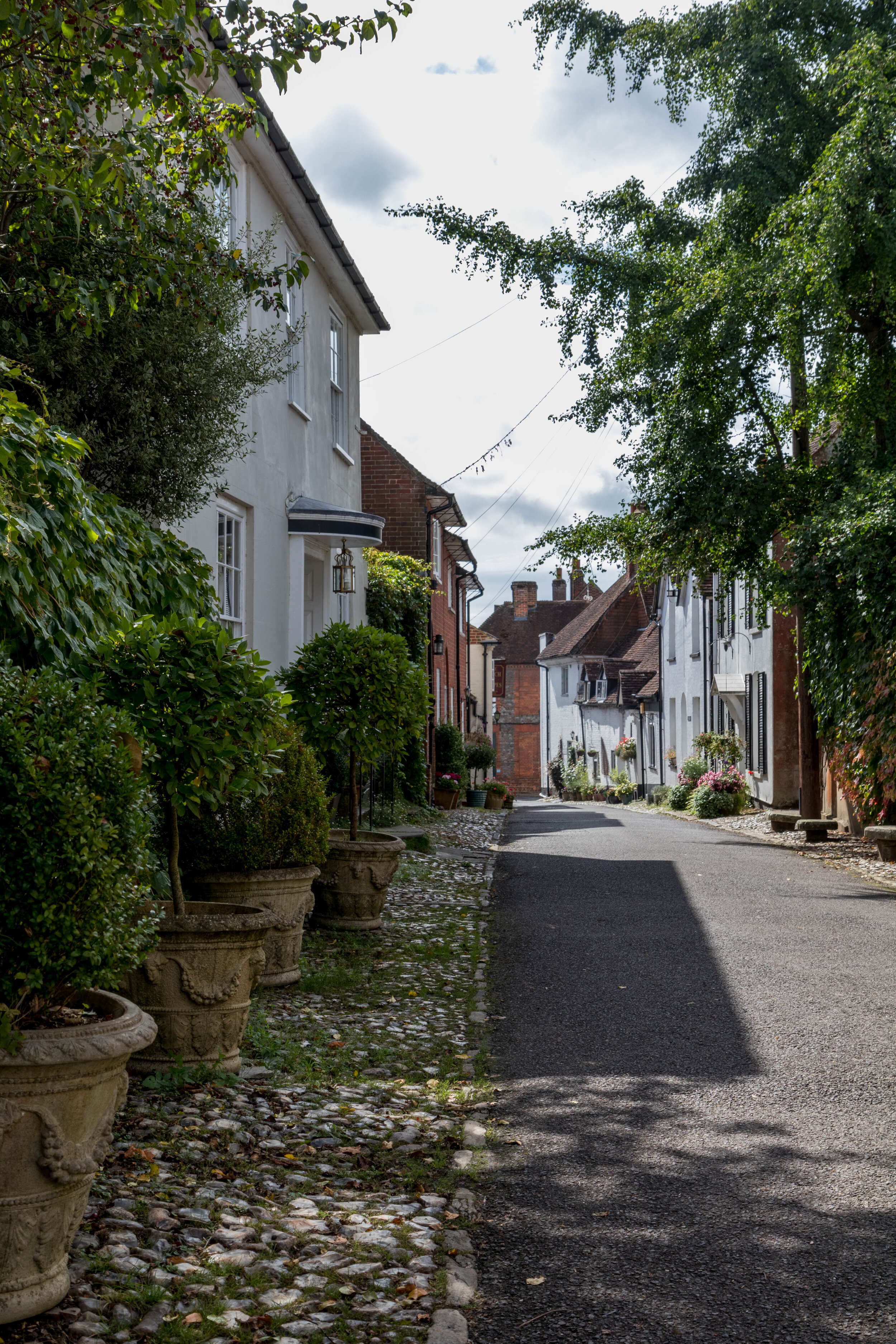 BISHOPS WALTHAM - U.K. - The quintessential Hampshire market town, Bishops Waltham offers a bit of local history with a vibrant small town scene. Come for a walk and enjoy the charming shops and beautiful façades. And yes, the building façades are worth the visit alone.
