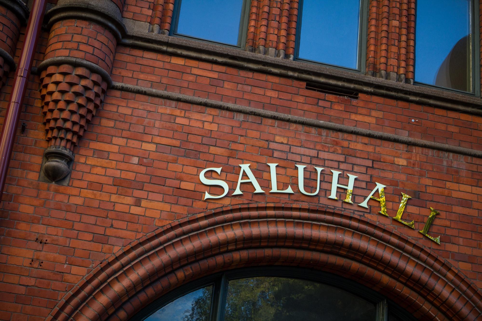 Östermalmshallen - Östermalms saluhall uppfördes och invigdes år 1888 med avsikten att vara en marknadsplats för allmänheten inom livsmedel och delikatesser. Östermalms saluhall är en av Sveriges finaste tegelbyggnader från sent 1800-tal.