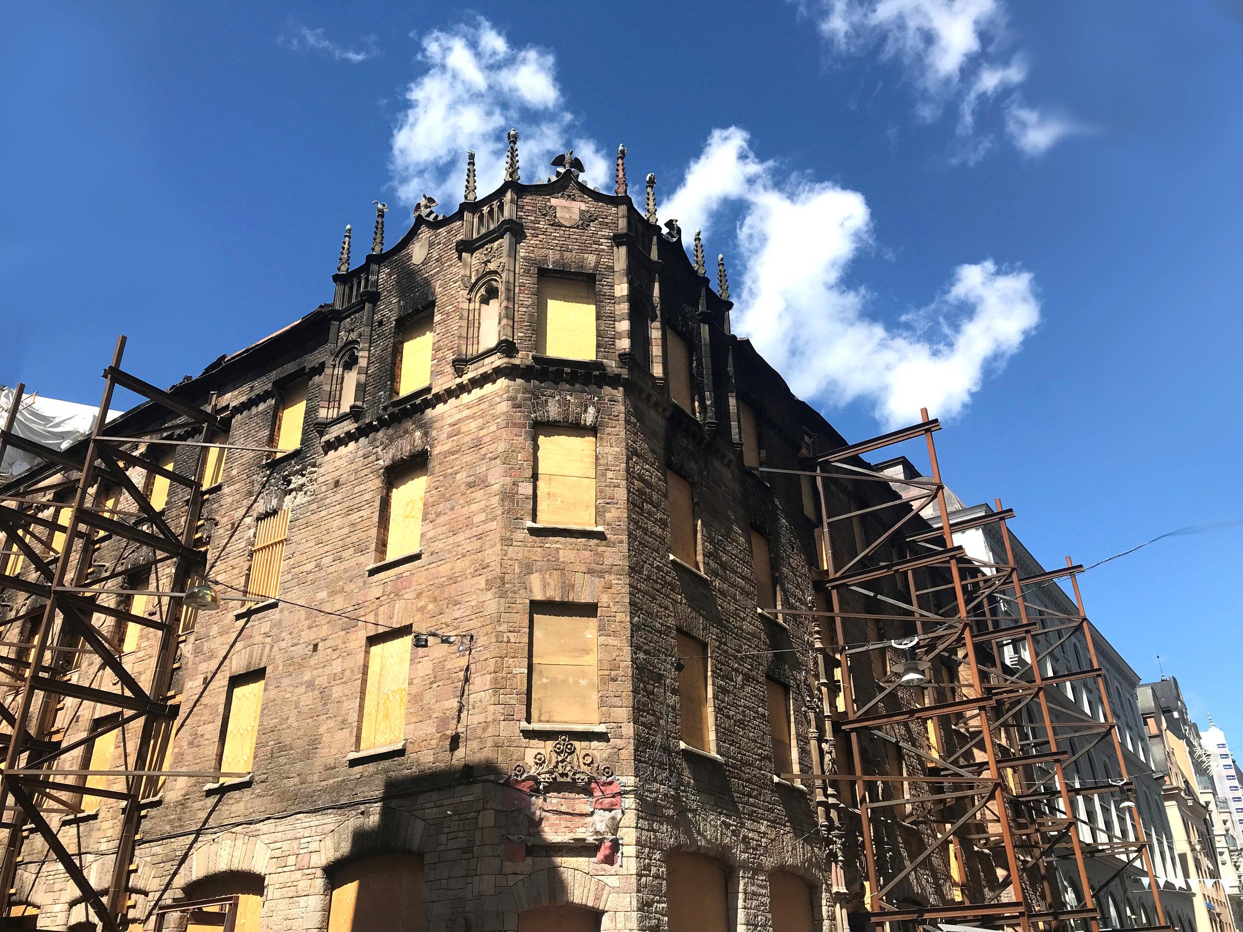Vildmannen 7 - Fastigheten Vildmannen 7 är belägen i korsningen Biblioteksgatan och Jakobsbergsgatan i Stockholm. I november 2017 utbröt en brand i byggnaden och mer än hälften av Vildmannen 7 blev totalförstörd.