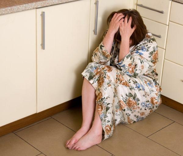 MIKONOWICZ-Very-sad-woman-sits-on-a-floor-min.jpg