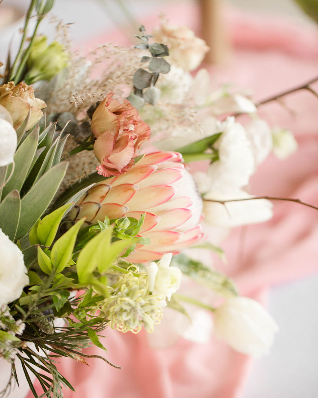 Romantic and lively wedding florals by Revel Petals. Photography: Kelby Maria Photography. Planning: Peachy Keen Coordination