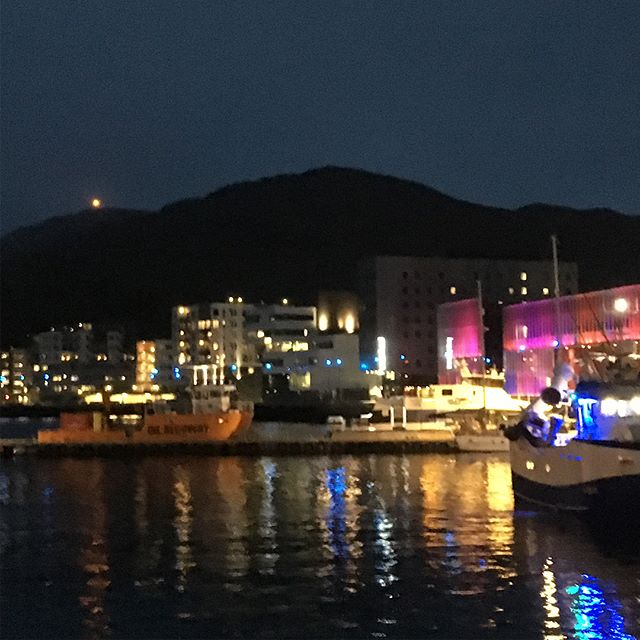 Back in Hammerfest and enjoying the recently completed boardwalk concept by Remark Landskapsarkitekter As with @iguzzini light systems, @alab_architects cool glowing red Arktisk Kultursenter, @allark_no with their greenish @smarthammerfest in the dark and @makearkitekter with the white office building for @eni and the housing/office building with ApplySørco. More to come... #remarklandskap #iguzzini #alabarchitects #alliancearkitekter #hammerfest #eninorway #applysørco #bjørnbygg #formicagroupeu #norwegianarchitecture #makearkitekter