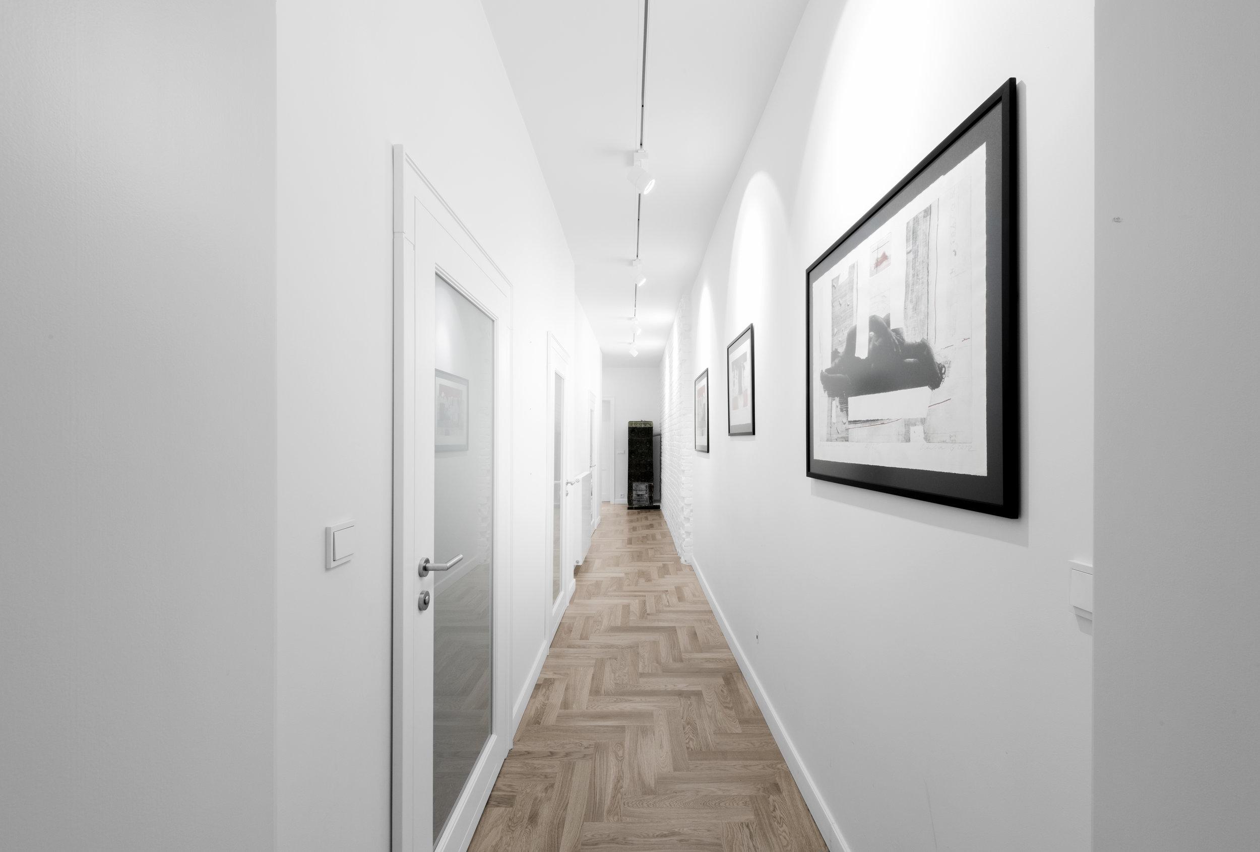 projekt-korytarz-stara bielona cegła-galeria sztuki-reflektory Zumtobel.jpg