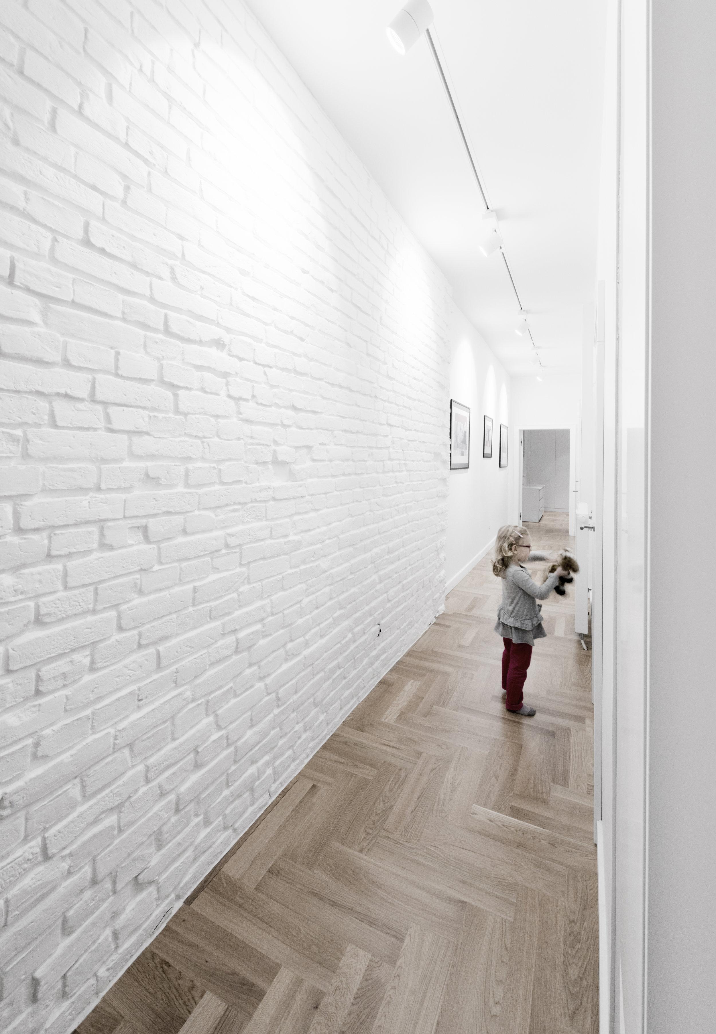 pomysł na korytarz-bielona cegła-parkiet w jodełkę.jpg