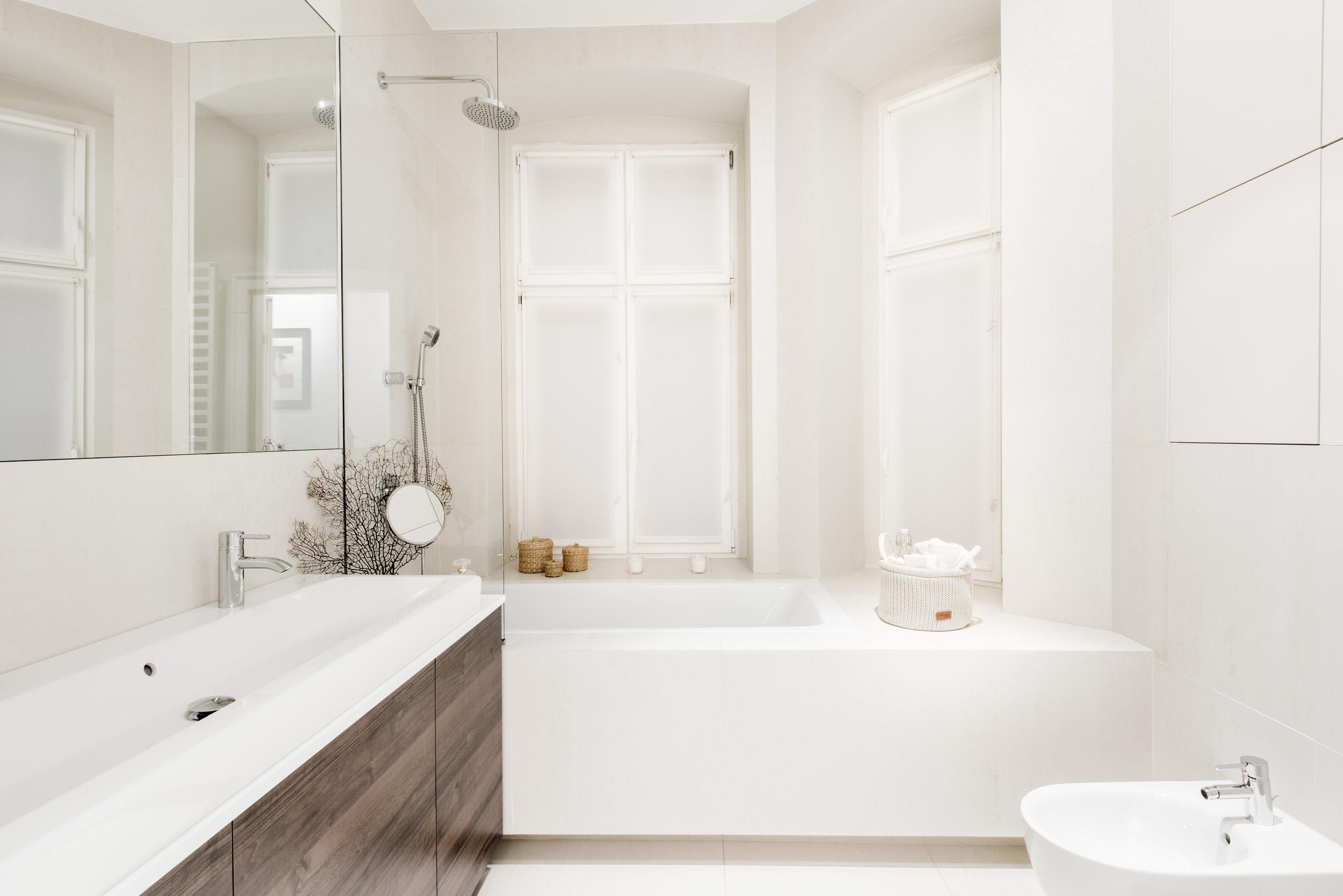 wyremontowana łazienka-parawan nawannowy-deszczownica-odcienie bieli.jpg