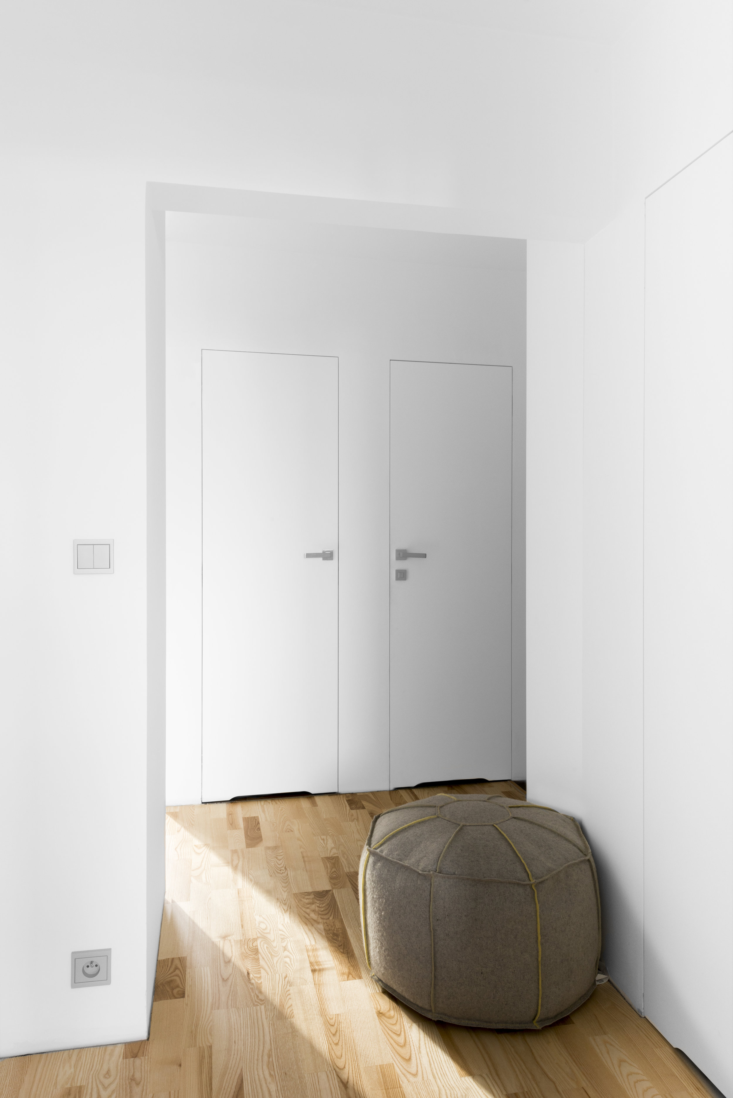 drzwi ukryte-biel we wnętrzu-berker-bo concept.jpg