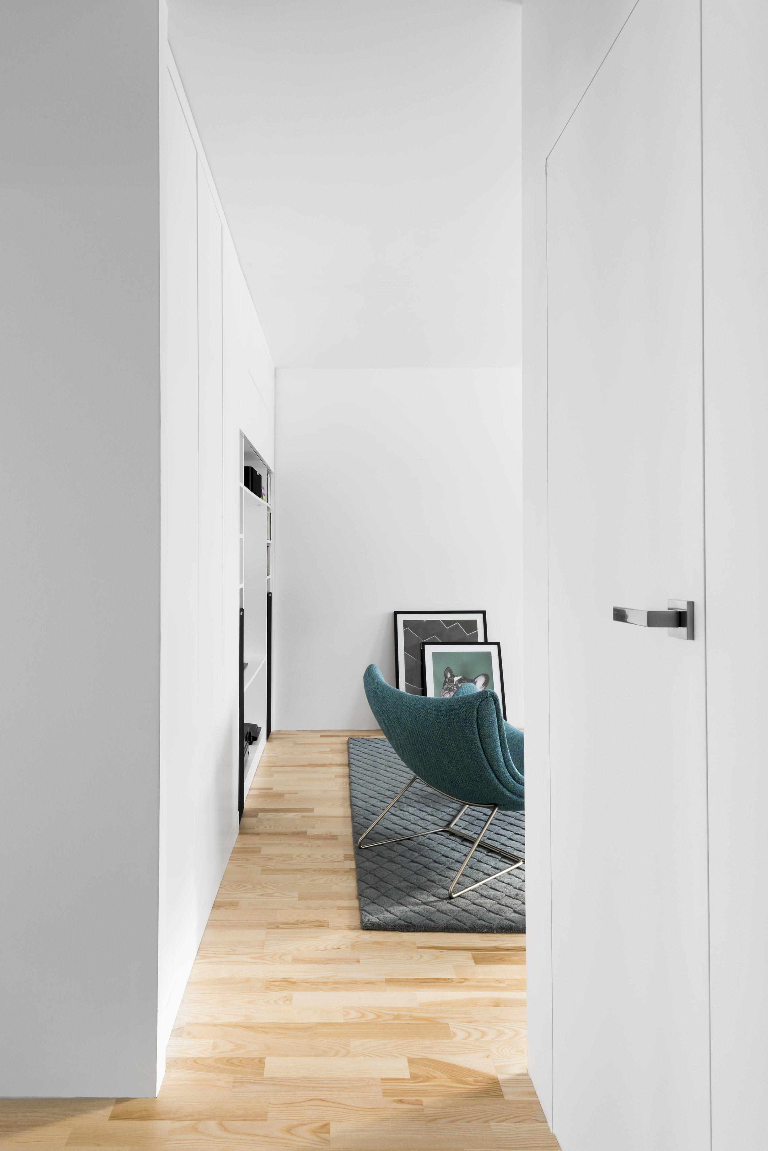widok z korytarza-turkus w wnetrzu-bo concept-faktury.jpg