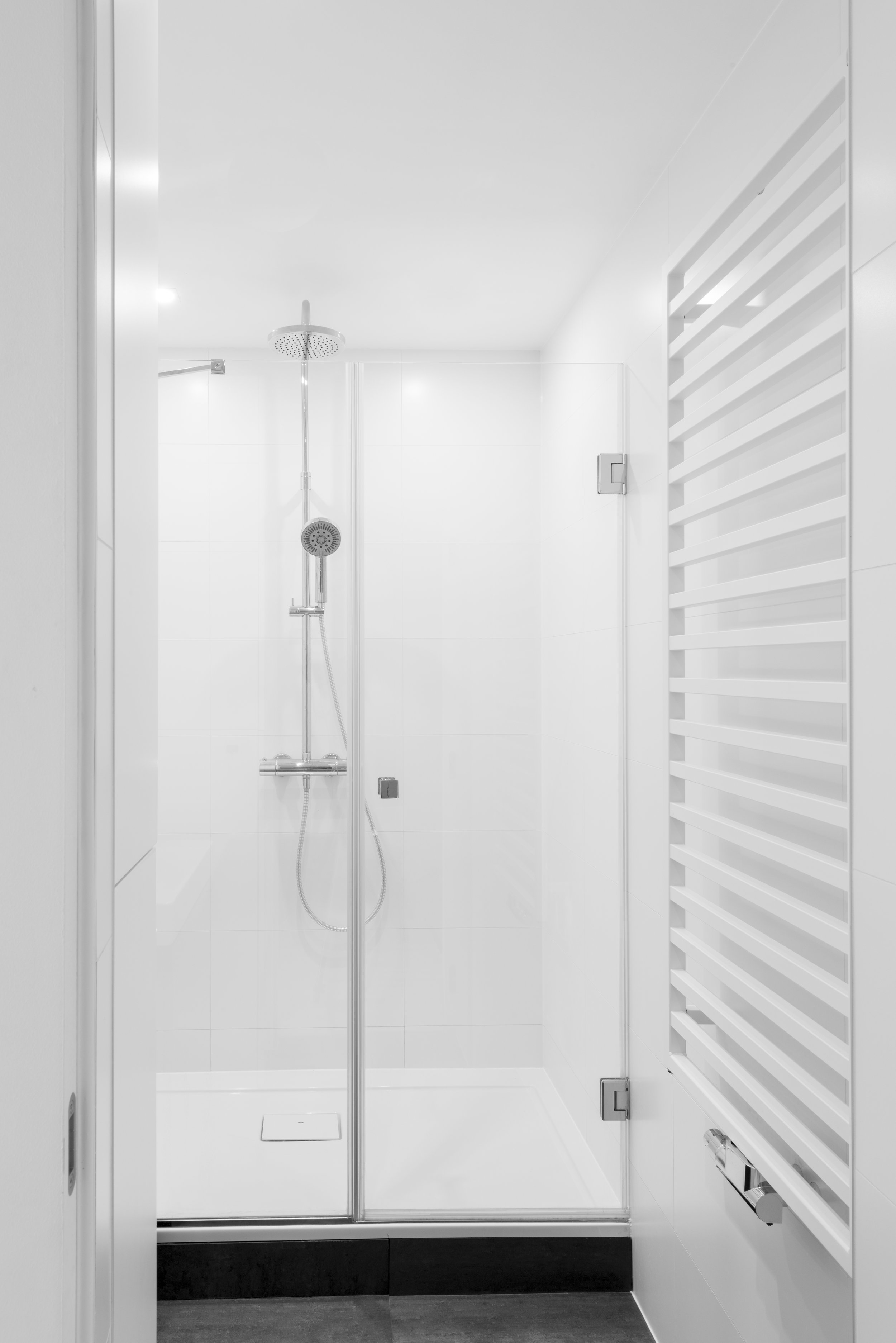 projekt ekonomiczny-biała łazienka-grzejnik zehnder-deszczownica w bloku.jpg