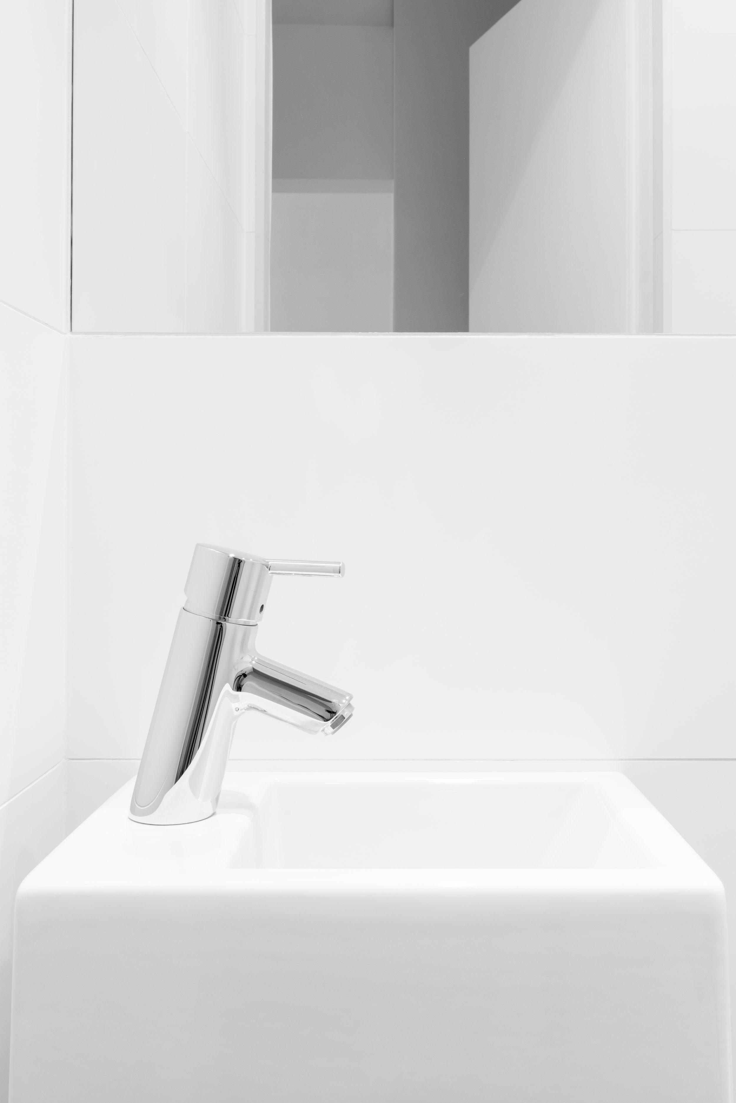 pomysł na małe WC-umywalka Catalano-elegancka bateria.jpg