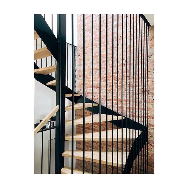 POP17 - détail escalier Rénovation d'une maison  #black #steel #stairs #wood #brick #wall #renovation #work #architecture #brussels